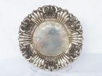PRATA DE LEI  -  Belíssimo medalhão em prata com bordas ricamente tralhadas com volutas, contraste águia, 35 cm de diâmetro e pesa 640 gramas.