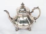 PRATA DE LEI   -   Delicado bule para chá em prata  trabalhada de origem inglesa e contrastada no estilo bojudo. Mede 20 cm de altura.  Peso 710 gramas.