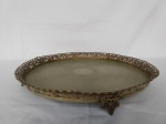 Bandeja  em metal com banho de prata no formato redondo com galeria vazada com decoração em cachos de uva  (apresenta desgaste no banho de prata) mede 43 cm de diâmetro.