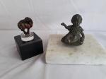 Lote composto de duas estatuetas, sendo 1 mini cavalo fixado em base de acrílico sob base de granito preto e 1 escultura de bronze representando 1 menina sentada sob base de mármore branco.