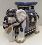 Magnífico Elefante de piso em Faiança  esmaltada ricamente decorado . Sem assinatura . Mede:  (47x41x20) cm (ro)
