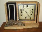 Elegante relógio de mesa em alabastro com leão em bronze . Não testado. Altura de 17 x 24 cm.  (Al13)