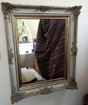 Lindo e antigo espelho  com rica moldura patinada - Mede: 80 x 64 cm