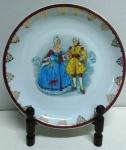 Prato em porcelana REAL com cenas de casal francês com douração nas bordas . Mede: 25 cm
