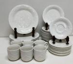 Jogo de porcelana branca (6 pratos grandes, 12 pratos de bolo, 8 pires e 6 xícaras) com estampa de folhas. Possui marcas do tempo. (Marca Gibson)