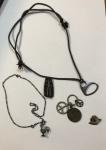 Metal prateado, colar com pingente de galo medindo 20 cm de comprimento (colar) e 2,5 cm (pingente), um broche medindo 3,5 cm e quatro pingentes em diversas formas e tamanhos e um colar de corda com medida total 31 cm de comprimento.