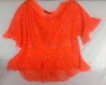 "Blusa de renda cor laranja, marca ""Animale"", veste G."