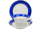 REAL SÃO PAULO- ANOS 60 - Belíssimo Trio de Chávena e Prato de Bolo, em fina porcelana branca com larga faixa na tonalidade azul real, filetadas a ouro, com marca da manufatura na base. Dimensões: 5,5 cm X 9,5 cm (Alt./Diâm.), Prato: 17 cm. xl