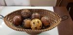 Cesta de enfeites revestida em ratan com 6 esferas, pesa 2,500kg, compr. com alça: 60cm / larg: 26cm / alt: 20cm