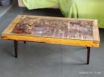Mesa de design contemporânea com pés palito anos 50 descartados, tampo de vidro com interior em retalhos de madeira