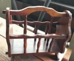 Revisteiro de madeira restaurado (tem 2 pequenos pregos na alça), alt: 40cm / larg: 25cm / compr: 50cm