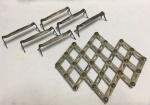 Conjunto de 6 apoios de talheres espessurados a prata (necessitam limpeza) e 1 apoio de panela/travessa em metal com abertura pantográfica. Marcas do tempo. No estado.
