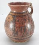 ARTE PRE COLOMBIANA - Original vaso cerimonial com alça, feito em cerâmica decorada com pinturas geométricas, características da cultura TIAHUANACO. Local de Origem: Bolívia.  Fundo com restauro. Med. 17 x 14 cm.