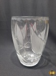 Vaso floreira em cristal lapidado com detalhes fosco. Medindo 23cm de altura.