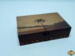 Caixa retangular em madeira marchetada com imagem de palmeira. Medindo 20cm x 13cm x 5cm de altura.