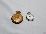 Lote de 2 replicas de relógio de bolso antigos à quartz da coleção Gentleman, necessita de bateria. Medindo o maior 5cm de diâmetro.