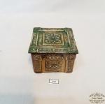 Caixa Porta Jóias figuras em relevo  em Metal Dourado com Interior em Madeira . Medidas 10 cm x 10 cm x 6,5 cm altura.
