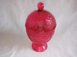Baleiro adaptado em porta-velas em vidro vermelho, formato bojudo, decoração em alto relevo de folhagens e frutos, interior com vela perfumada. Alt.  17cm.
