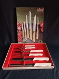 Jogo de 5 facas e garfo trinchante em inox, cabos de plástico rígido. Manufatura Tramontina, modelo Linha Kreme. Embalagem original e sem uso. Década de 70.