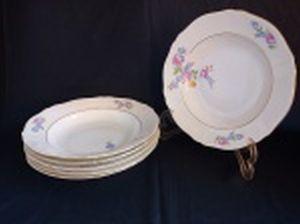 Seis pratos fundos em porcelana polonesa decorada com flores em policromia e frisos à ouro. Marca da Manufatura Koenigszelt. Íntegros. Diam. 25cm.