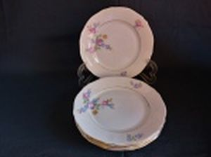 Seis pratos para sobremesa em porcelana polonesa decorada com flores em policromia e frisos à ouro. Marca da Manufatura Koenigszelt. Íntegros. Diam. 19,5cm.