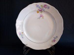 Prato para arroz em porcelana polonesa decorada com flores em policromia e frisos à ouro. Marca da Manufatura Koenigszelt. Íntegro. Diam. 32cm.