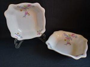 Par de saladeiras quadradas em porcelana polonesa decorada com flores em policromia e friso à ouro. Marca da Manufatura Koenigszelt. Íntegras. Alt. 6 x 22,5 x 22,5cm.