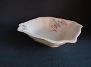 Saladeira quadrada em porcelana polonesa decorada com flores em policromia e friso à ouro. Marca da Manufatura Koenigszelt. Íntegra. Alt. 7 x 25,5 x 25,5cm.