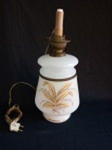 Lampião em vidro opalinado branco leitoso decorado com folhagens e friso dourado à folha, guarnições de metal amarelo. Adaptado para luz elétrica. Falta a manga. Alt. 42cm.