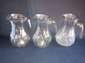 Três jarras para água, vidro translúcido moldado. Capacidade 1,5l. Alt. 22cm.