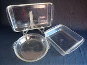 PYREX - Três assadeiras em vidro translúcido e refratário; Retangular, quadrada e redonda. marca da Manufatura Pyrex - USA no fundo. Sinais de uso e bicados. 5 x 34 x 20, 6 x 22 x 22 e Alt. 5 x diam. 23cm.