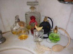 Sete vidros de perfumes diversos, todos usados. Alt. do maior 21cm.
