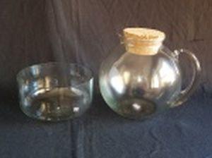 Jarra bojuda com tampa de rolha e bowl, vidro liso translúcido. Alt. 21 e Alt. 10 x diam. 18cm.