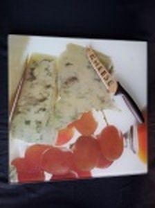 Duas peças: a) Prato para queijo em vidro com estampa de queijos e uvas e faca em inox, cabo de plástico preto. Prato 35 x 35cm e faca comp. 24cm. b) Bandeja em vidro liso translúcido, pés em botões de resina. 40 x 15cm.