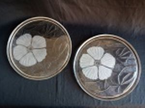 Par de bandejas em vidro, fundo moldado com folhas e flor acetinada. Diams. 31,5cm.