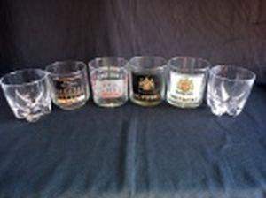 Seis copos para whisky em diversos modelos: 4 com rótulos e 2 lisos com base recortada. Alt. do maior 9cm.
