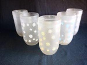 Cinco copos em vidro acetinado decorado com flores. Alt. 12cm.