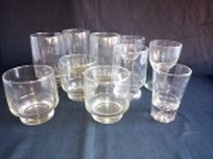 Dez copos diversos em vidro translúcido: 5 modelos diferentes. Alt. do maior 12cm.