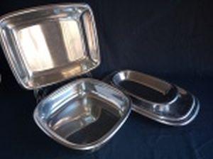 Parte de baixela em inox: 3 travessas (23,5 x 14 - 29,5 x 18 e 33 x 20cm) e 2 saladeiras (6 x 23,5 x 23,5 e 4 x 28,5 x 23,5cm). Total 5 peças.