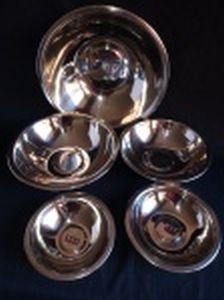 Cinco saladeiras em inox, tamanhos diferentes. Selo da Manufatura 555 Stainless Steel. Diam. menor 16 e maior 32cm.