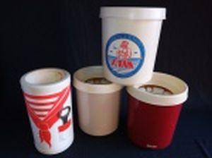 Quatro porta garrafas em plástico rígido para manter a bebida gelada, 1 com abridor acoplado e 3 ditos Gelare da Manufatura Eletro, Porto Alegre - RS. Alts. 23 e 20cm.