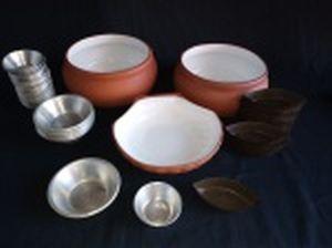 Três tigelas em cerâmica, interior esmaltado de branco e 32 formas para empada (2 tamanhos) e 34 formas para barquetes. Tigela maior alt. 7 x diam. 16cm.