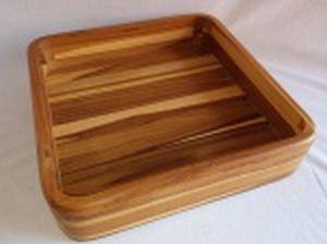 Saladeira em madeira de diversas tonalidades. Marcada à fogo no fundo, Globo Design. 8 x 34 x 34cm.