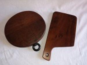 Duas tábuas para cortes em madeira nobre; 1 oval. pega em metal. marcada Tropic-art e 1 retangular. 24 x 22 e 31 x 18cm.
