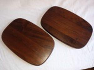 Par de tábuas retangulares para cortes, madeira nobre. Design Jean Dobré. Marcadas no fundo Tropic-art e selo numerado. 31 x 20cm.