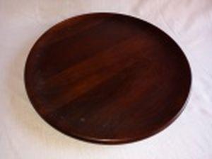 Bandeja em madeira nobre, borda curva. Marcada no fundo tropi-art. Alt. 3,5 x diam. 35,5cm.