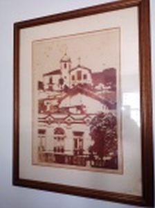 """THEREZA MIRANDA (Rio de Janeiro, RJ 1928) """"Santa Tereza, Rio de Janeiro"""" gravura em metal, 3/30, 54 x 38cm. Assinada, titulada e datada 1979. Moldura envidraçada (vidro quebrado em um dos cantos) 75 x 59cm."""