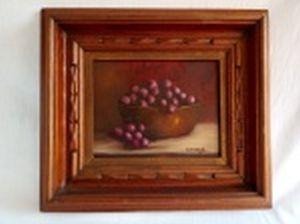 """C. ZARZANA - """"Cacho de uvas"""" óleo sobre madeira, 19 x 24cm. Assinado e datado 1992. Moldura entalhada 36 x 41cm."""