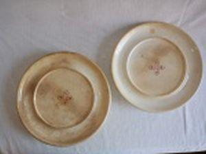 Par de pratos doceiros, porcelana branca inglesa, centro com as iniciais CNPA em cruz. Marcado no fundo Davenport Longport - Staffordshire. No estado, com manchas. Diam. 27cm.