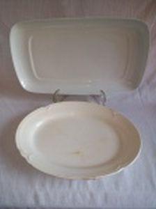 Duas travessas em porcelana branca: 1 retangular sem marca e 1 oval marcada Eramus. 42 x 23 e 34 x 25cm.